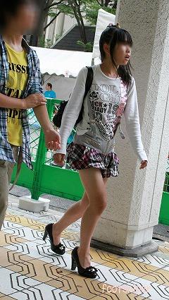 女子小学生ミニスカ画像 ミニスカJK盗撮エロ画像】後ろから超ミニスカートの女子校生を ...